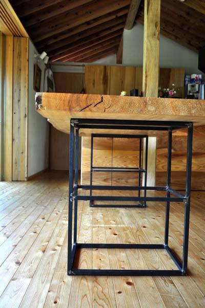 黒皮と無垢材のテーブル