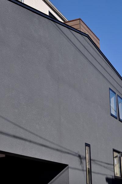 濃灰色の外壁