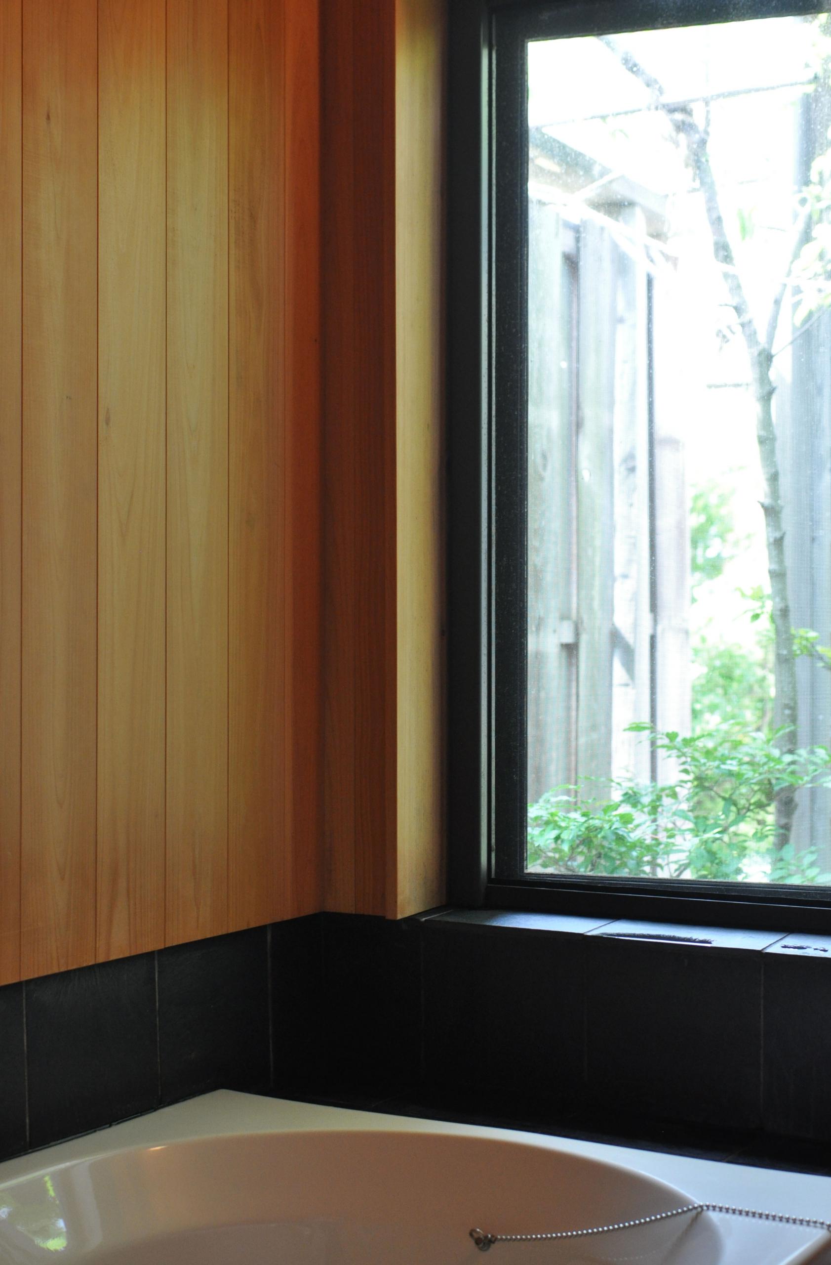 ヒノキ仕上げ浴室